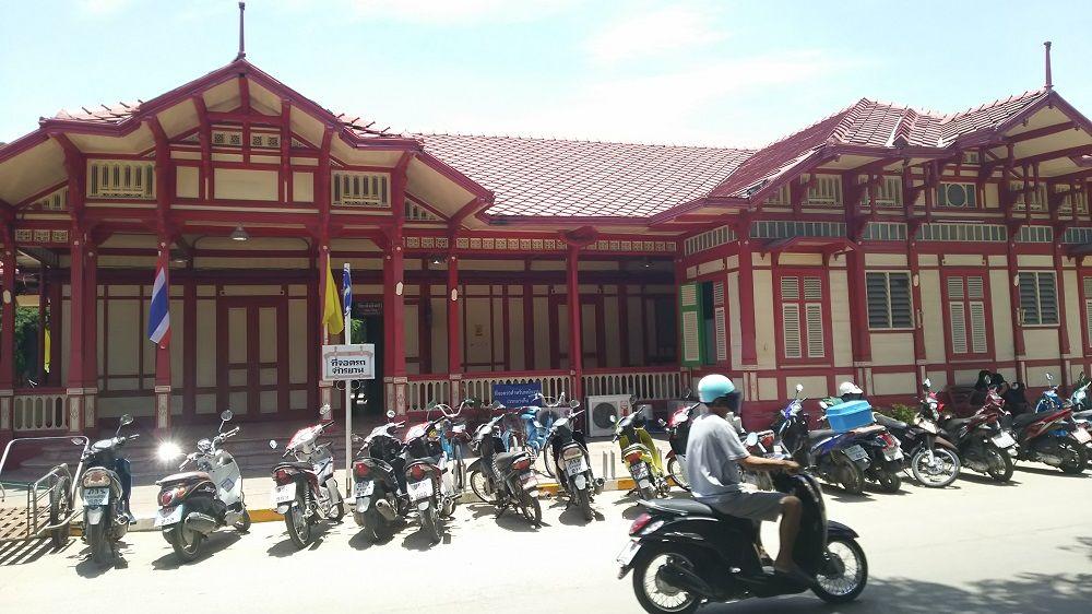 タイで一番美しいホアヒン駅は、赤と白のかわいらしい建物