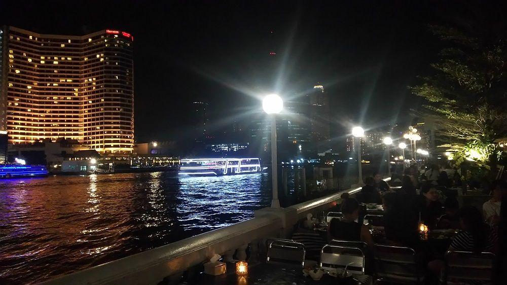 タイ人の忘年会やパーティー客、飲み会で大賑わい!バンコクの人気リバーサイドレストラン