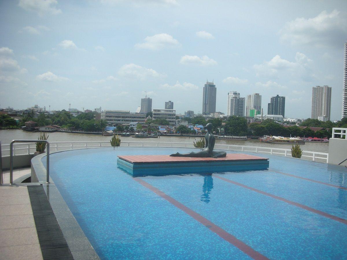 チャオプラヤー川に浮かぶ感覚を存分に楽しめるプール