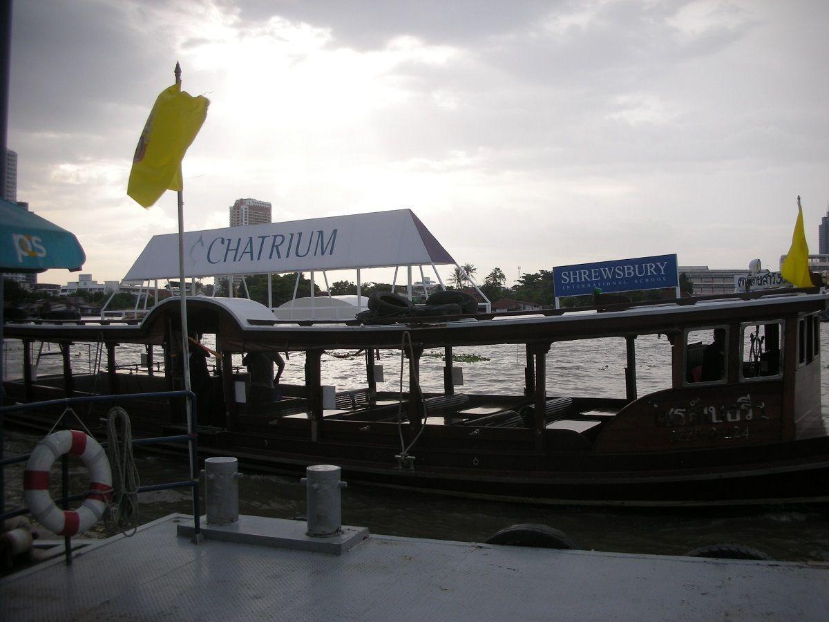 バンコクの象徴!チャオプラヤー川にそそり立つ高層ビル
