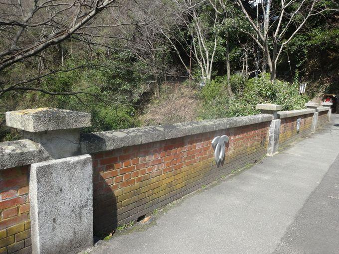 緑あふれる遊歩道への入口は、国指定重要文化財の砂子橋(いさごばし)