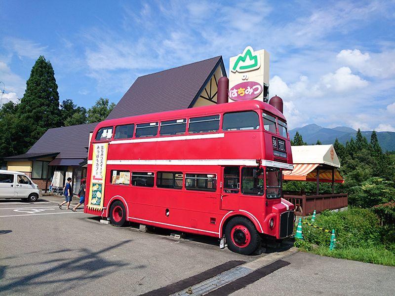 赤いロンドンバスが目印