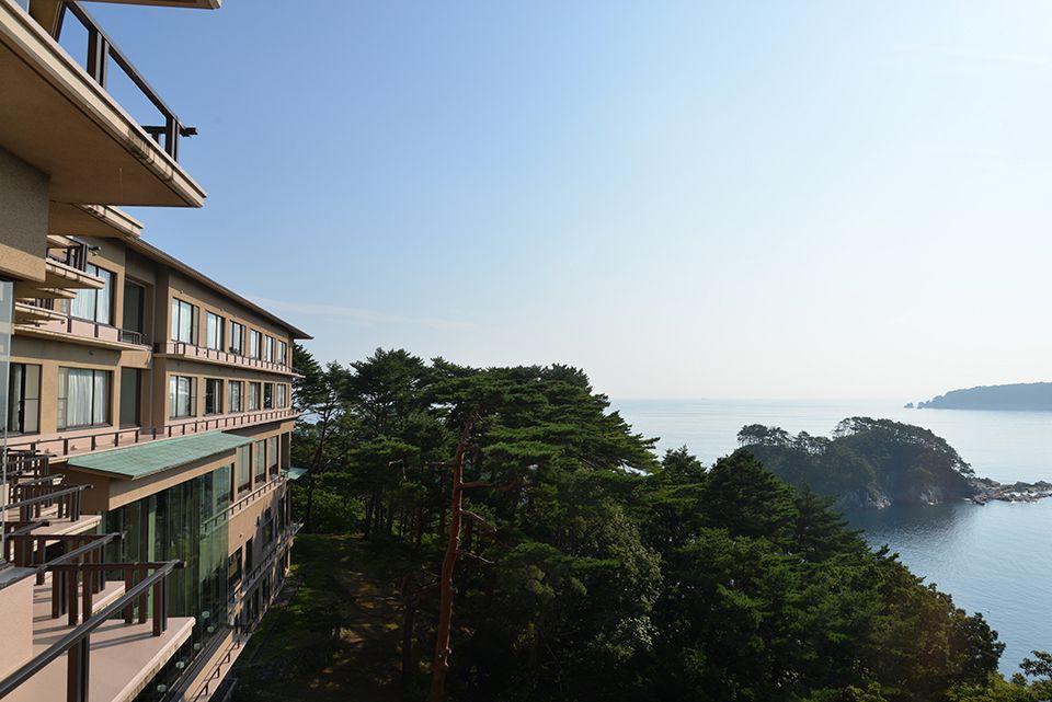 浄土ヶ浜に溶け込む美しいホテル