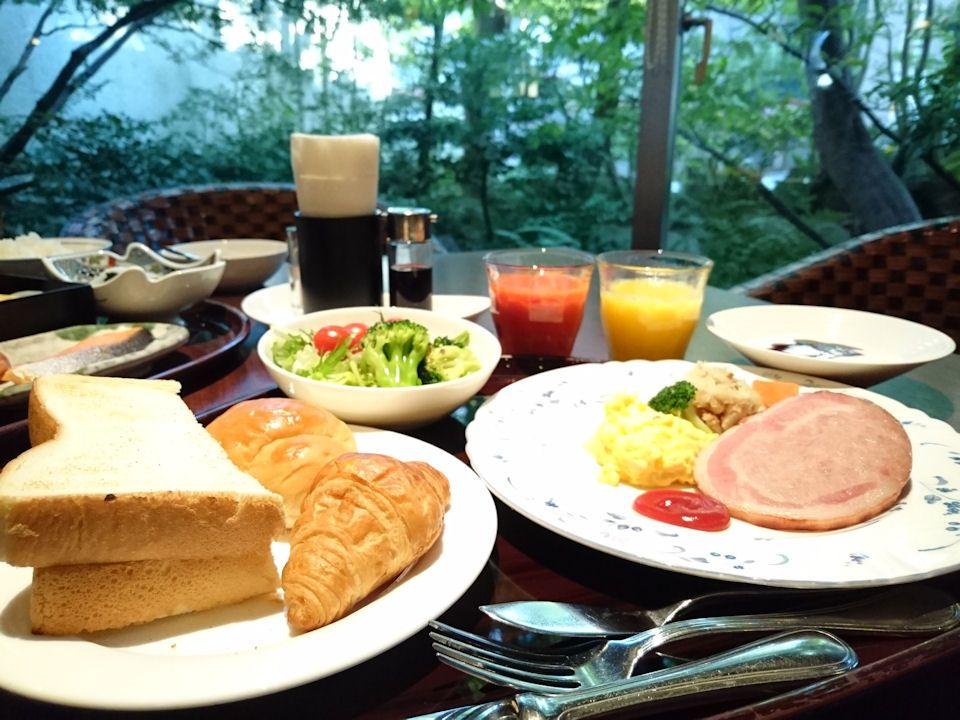 庭園を眺めながらの朝食は和洋選べるハーフバイキング
