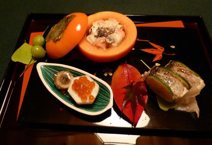 京都・伏見の温かいお酒を一口づつ注いでいただいてお料理のスタートです。