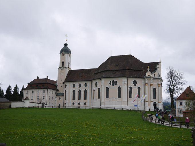 草原の風景に溶け込んだ教会