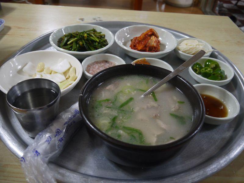 韓国のグルメ都市・釜山で食べたい!名物料理「デジクッパ」