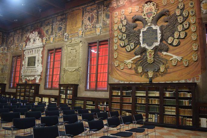 書物と紋章がびっしり!元法学部の講堂「スタバト・マーテルの間」