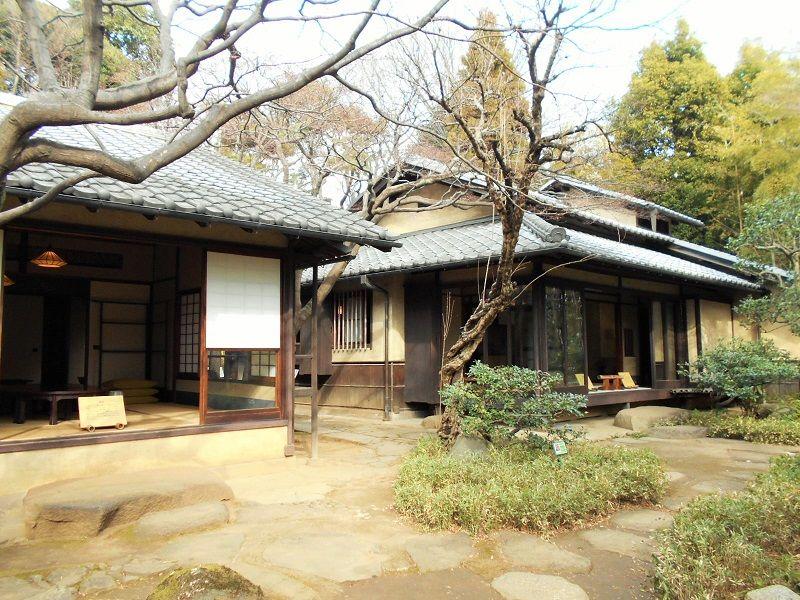 「生活棟」と「アトリエ棟」、2棟の木造住宅は、暮らしやすさ第一で考えられた芙美子こだわりの住まい