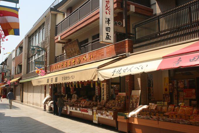 種類も豊富なだるま煎餅は津田屋で