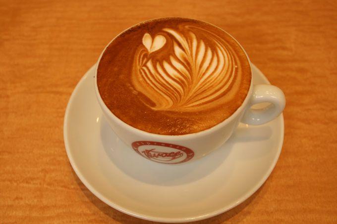 併設されているカフェではラテアートを堪能