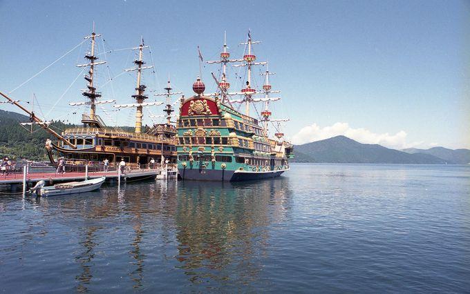 芦ノ湖でひときわ異彩を放つ「箱根海賊船」に乗って観光