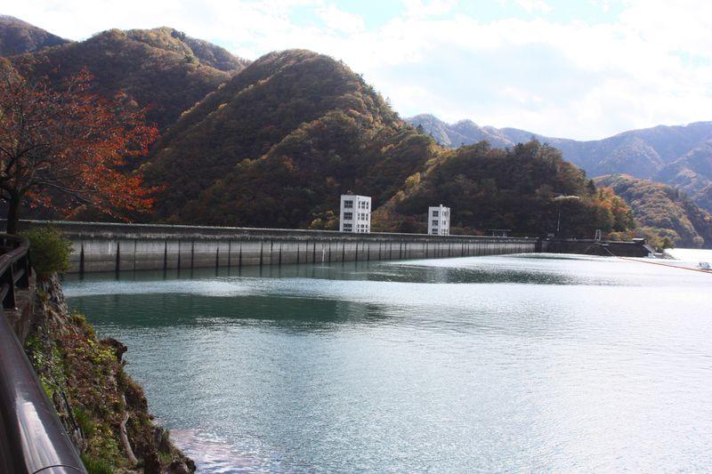 東京の秘境!! 四季折々の景色に癒やされる山々に魅力あり 奥多摩湖