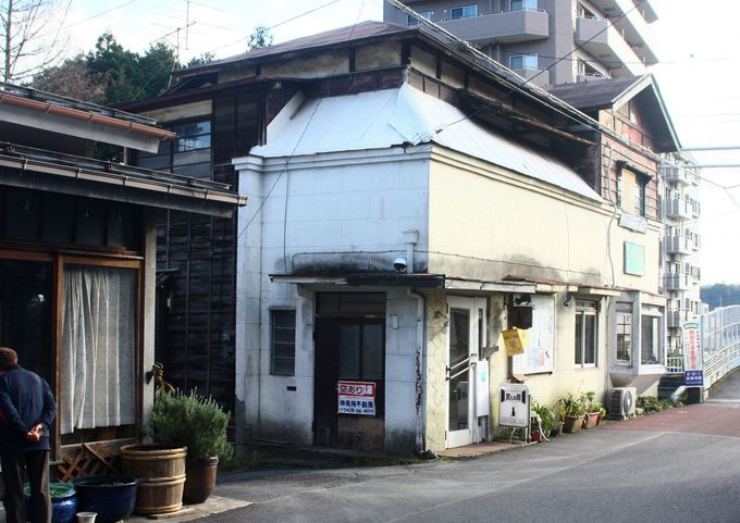 外も中も昭和の名残を色濃く残す喫茶店「夏への扉」