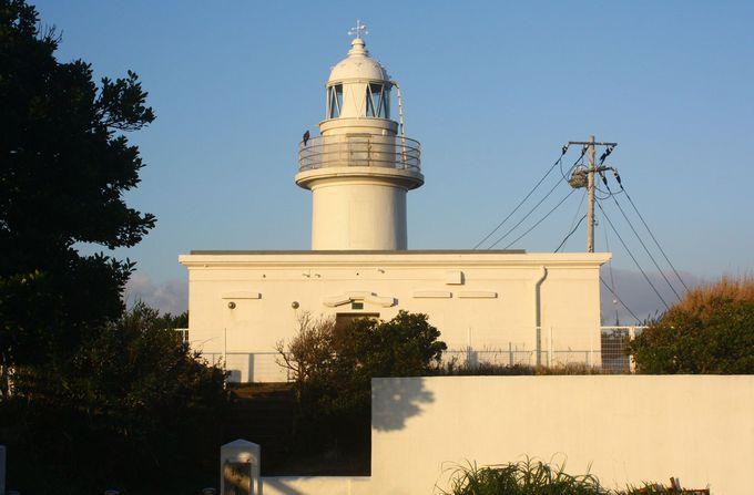 朝日をバックに城ヶ島灯台へ……