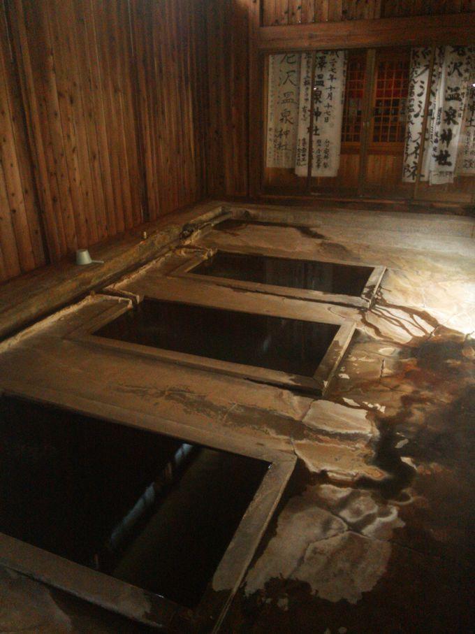 神の湯!湯船の脇に温泉神社「西山温泉 老沢温泉旅館」