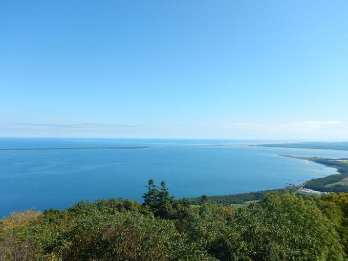 サロマ湖、オホーツク海、さらに知床連山