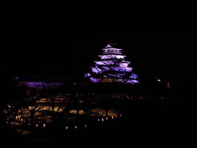 ライトアップされた鶴ヶ城をバックに!