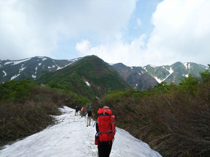 三国小屋までの変化のあるルート、水場や残雪、難所の「剣ヶ峰」も
