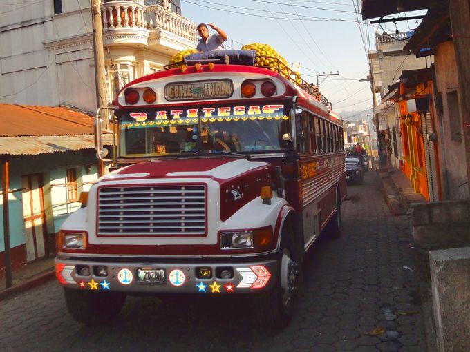 グアテマラ名物「チキンバス」