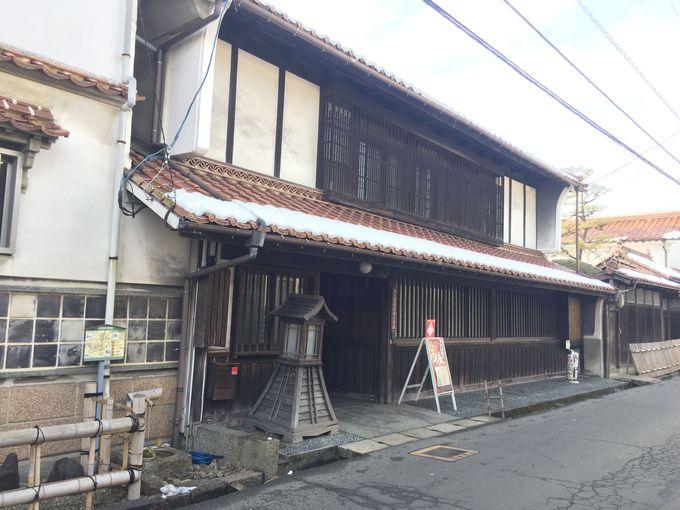 日本酒の香りを感じつつ、西条観光の中心・酒蔵通りを歩きます。