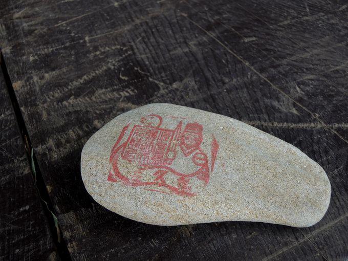 石に書けば願いが叶う!?佐久島のパワースポット・筒島の弁財天