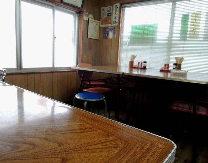 レトロな雰囲気が漂う店内も鈴屋食堂の人気の秘密