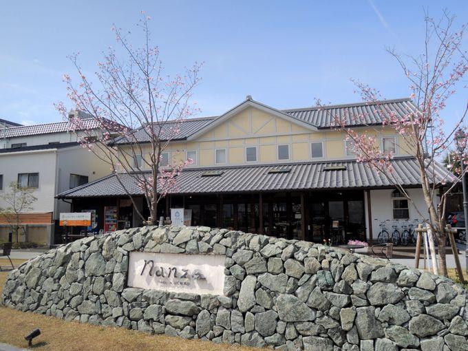 白壁とオープンテラスが迎えてくれる・内子まちの駅 Nanze