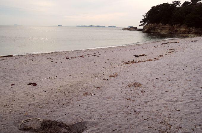 ロマンティックな観光スポット!むらさき色の砂浜・新谷海岸