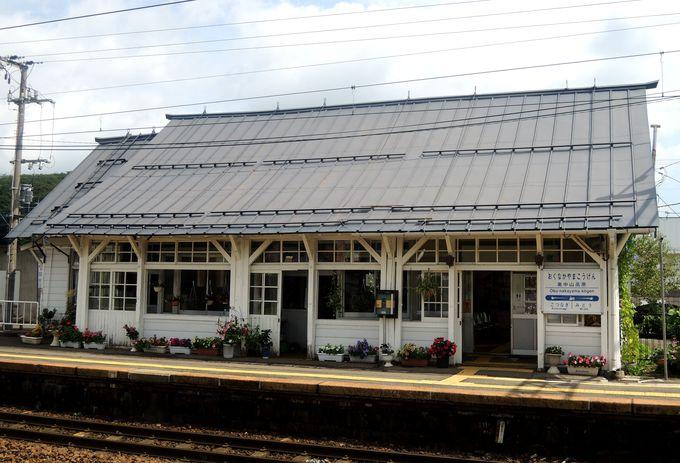 花に囲まれた白い木造駅舎が可愛い!奥中山高原駅