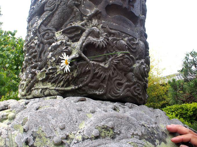 コナンが謎解きのヒントを見つけた石燈籠