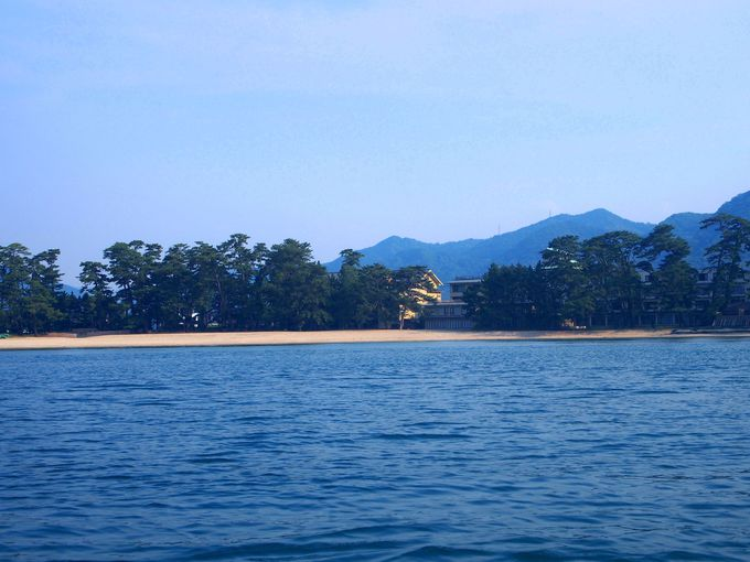 海から眺める指月山と菊ヶ浜はひと味ちがった魅力が
