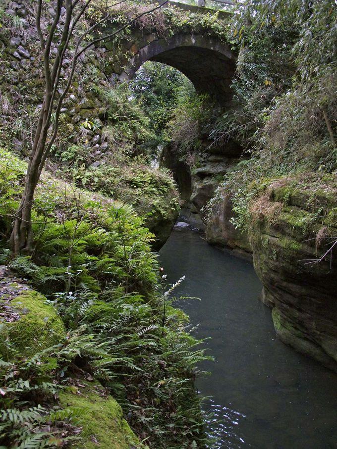次は短いが深い谷に架かる美しいアーチ橋、尾崎橋(おざきばし)。