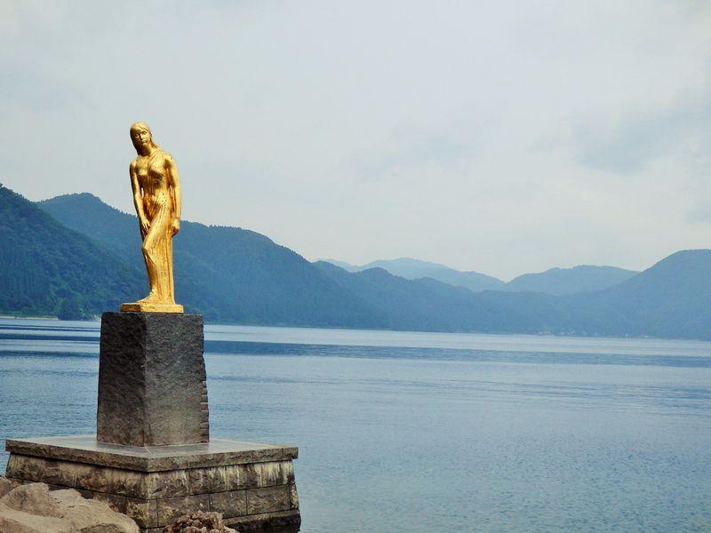 深さ日本一!コバルトブルーの湖、秋田県・田沢湖をめぐる