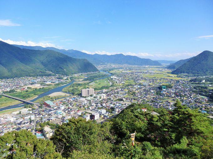 見張り台から千曲川と温泉街を望む