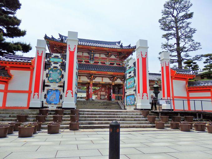 京都御所がモチーフ。登録有形文化財の山門