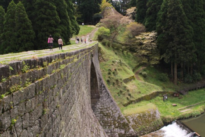 石造アーチ水路橋の向こうに広がるラピュタの森