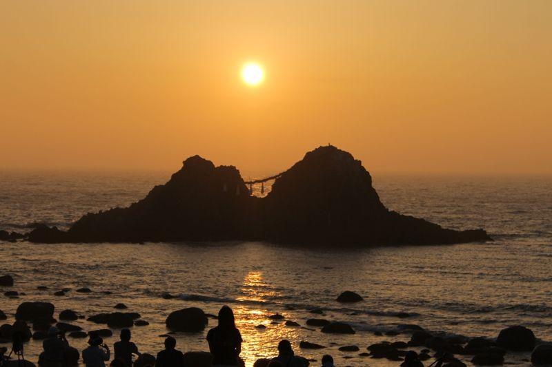 夫婦岩の真ん中に沈む夕陽を見るなら夏至のころ