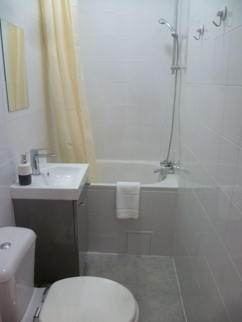 バスタブつき、可動式シャワーで快適バスタイム