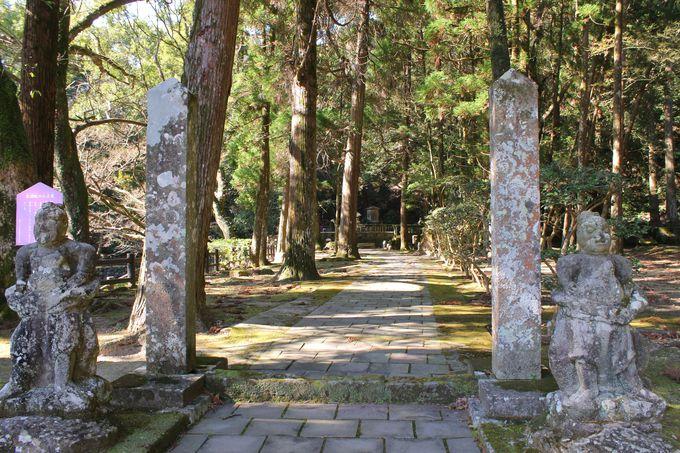 日新公を護る—常潤院跡の仁王像