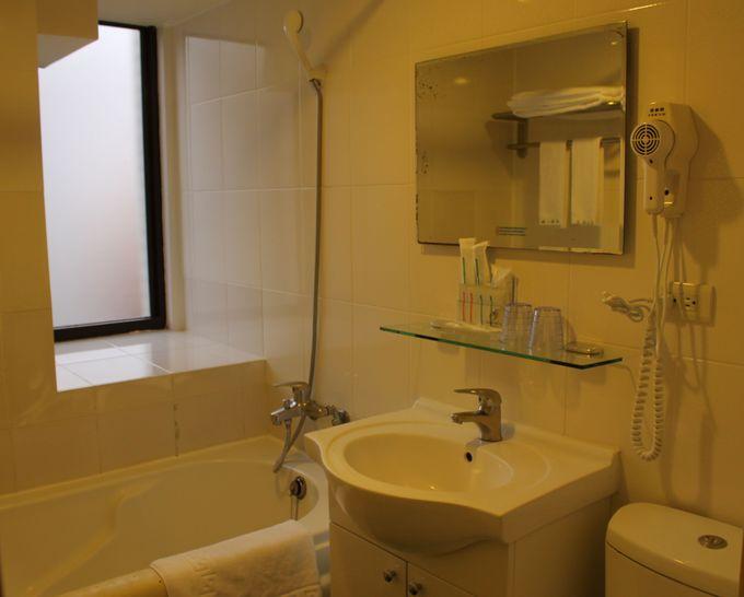 バスルームは、ハンドシャワーにバスタブつき!