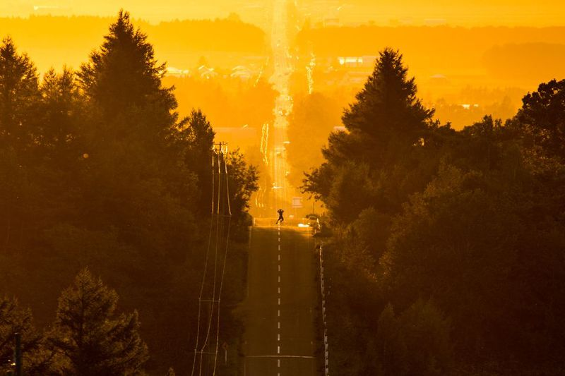 思わずジャンプ!知床斜里の長い道は、天へと続く一本道!