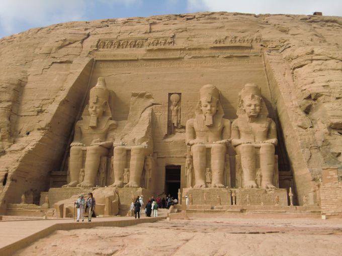 王の偉大さを感じる場所「アブシンベル神殿」