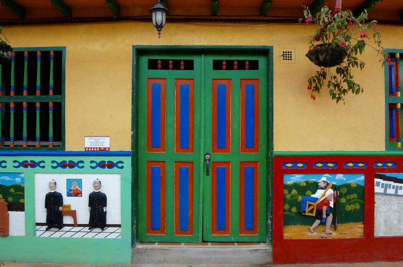まるでおもちゃの国?コロンビアのカラフルすぎる街「グアタペ」