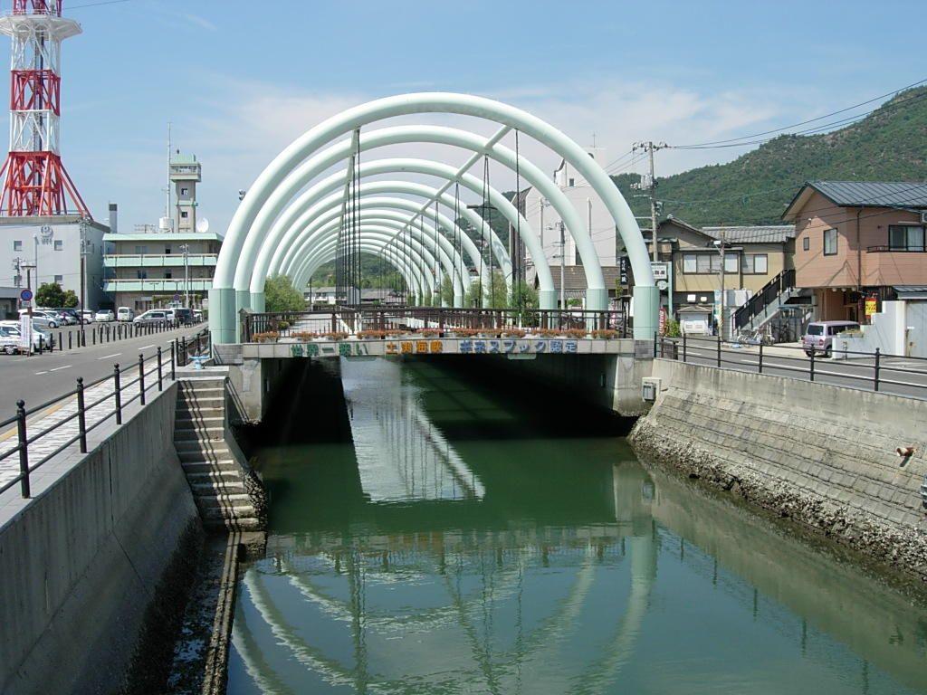 一見、何の変哲もない川と橋に、気になる文字を発見!