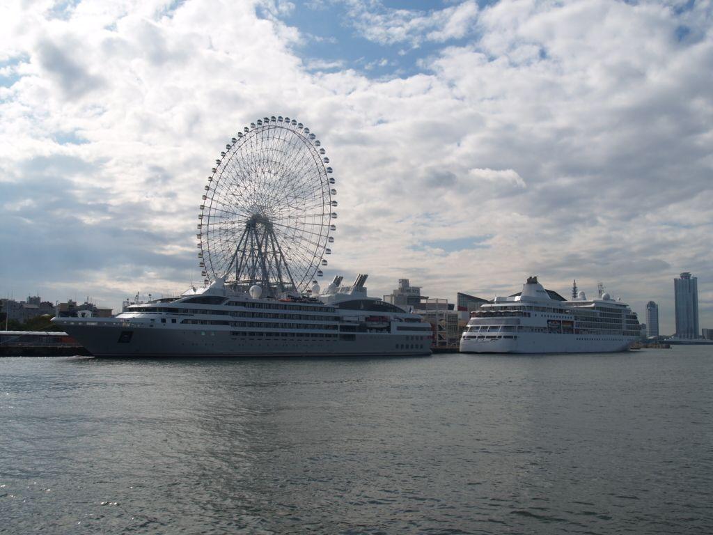 世界的に珍しい橋をくぐり、高級クルーズ客船を間近に見る