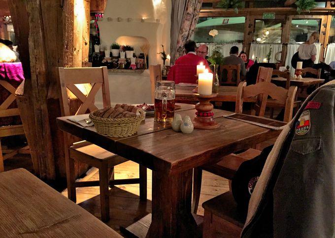 お洒落な木目調のテーブルと活気溢れる店内
