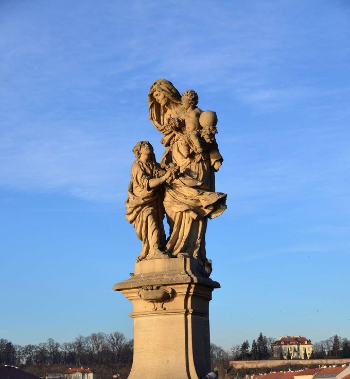 彫像を観察する