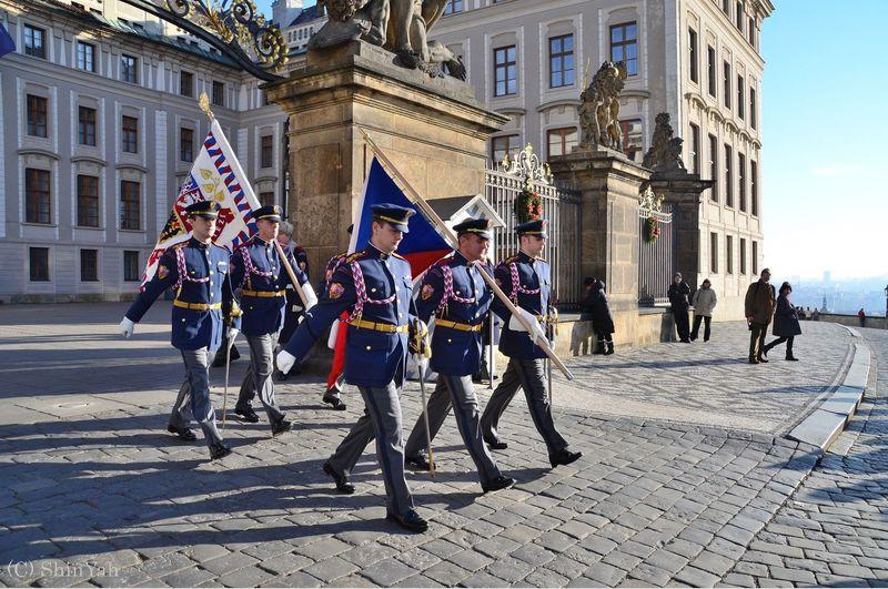 クールな行進に剣の舞!チェコ「プラハ城」衛兵の交代式