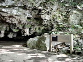 地下水に浸って地獄トンネルの先へ!北九州「千仏鍾乳洞」
